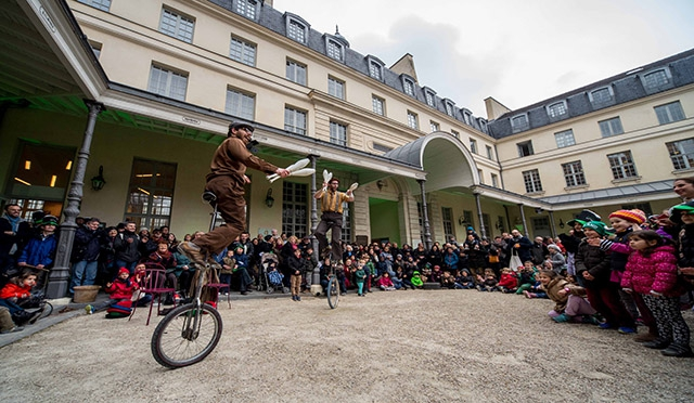 Premier Circus perform in Centre Culturel Irlandais in Paris